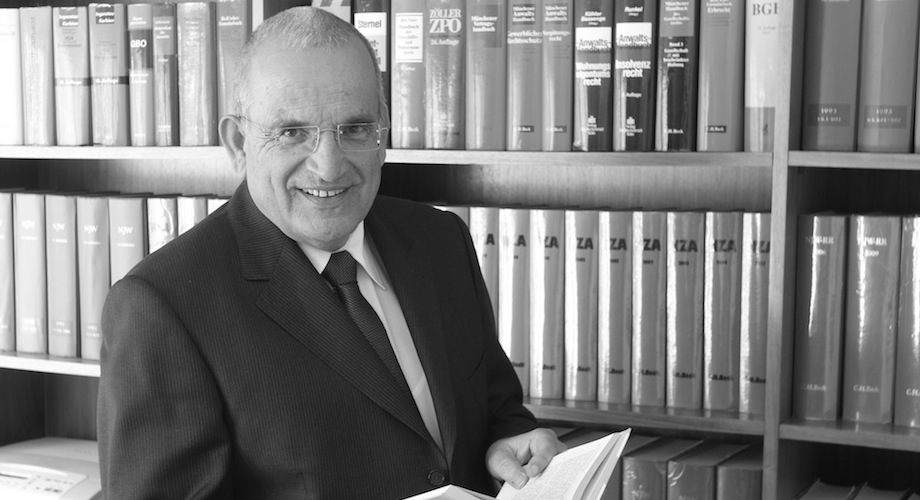 Rechtsanwalt Michael Trommsdorff vor Bücherregal