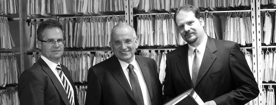 Rechtsanwälte Michael Trommsdorff , Hans-Bernd Beckert und Michael Doll vor einem Aktenregal